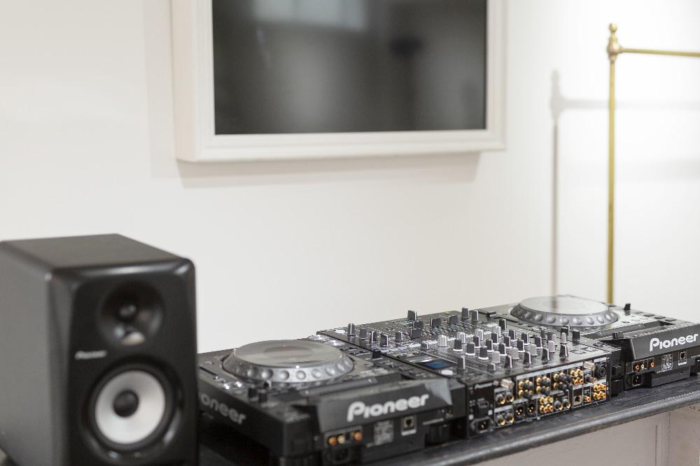 DJ機材を完備、様々なイベントの開催も可能です。
